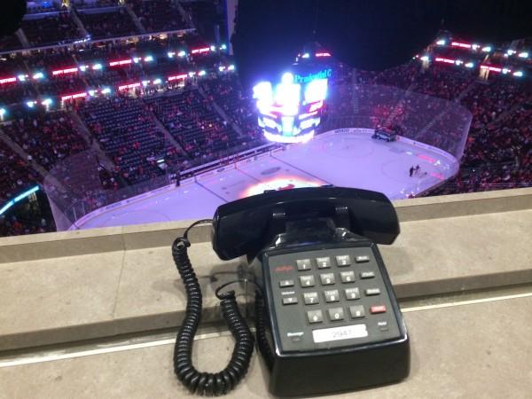 Kult-Telefon auf der Medientribüne im Prudential Center. Nur die Wählscheibe fehlt noch. (Foto: Michael Krein)