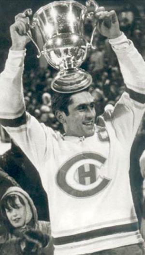 René Huguenin (HC La Chaux-de-Fonds) stemmt 1973 den letzten echten Schweizer Pokal zum sechsten Titelgewinn in Serie in die Höhe. (Foto: Sport Hits)