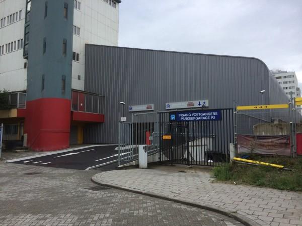 Der Parkhaus-Eingang unter dem ehemaligen Dach der Weema Ijshal. (Foto: eishockeyblog.ch)