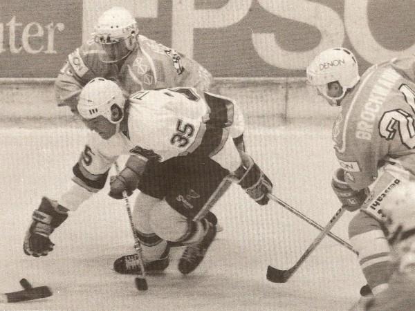 Die Düsseldorfer Andreas Brockmann und Peter Hejma (links) attackieren St. Louis' Steve Tuttle.