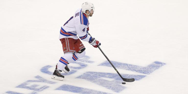 Raphael Diaz spielt am 4. Juni 2014 als erster Schweizer Feldspieler ein Stanley-Cup-Finalspiel (AP Photo/Mark J. Terrill)