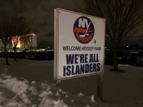 «We're all Islanders», I'm Hintergrund das Marriott's Hotel, unmittelbar neben dem Nassau Coliseum. (Foto: M. Krein)